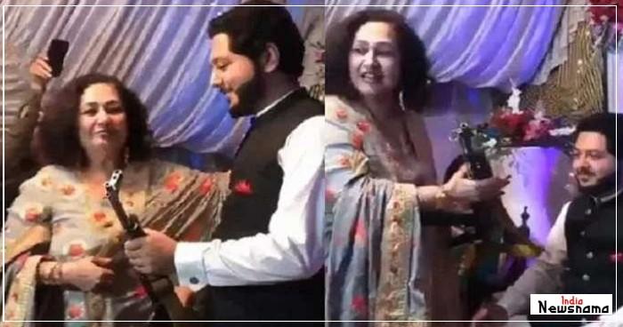 पाकिस्तानी शादी मे दूल्हे को गिफ्ट मे मिला AK-47, विडियो हुआ वायरल, देखें